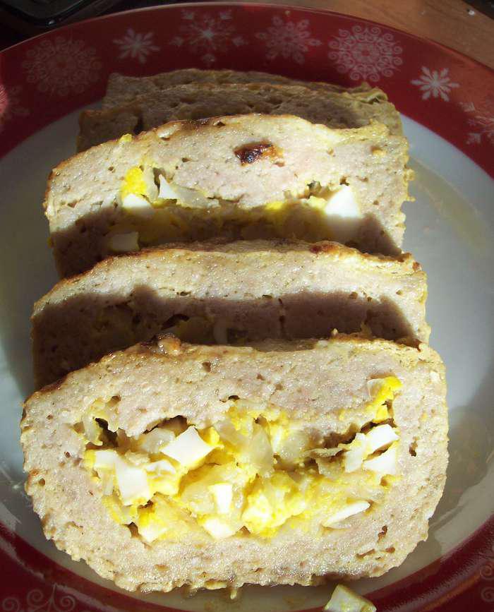 Мясной рулет с яйцом и луком - фото шаг 4