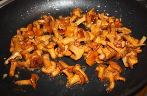 Лисички, жареные с рисом - фото шаг 7