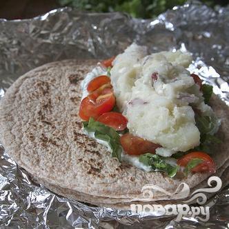 Гирос с картофелем и сыром Фета - фото шаг 7