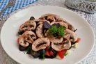 Овощной салат с сырыми шампиньонами