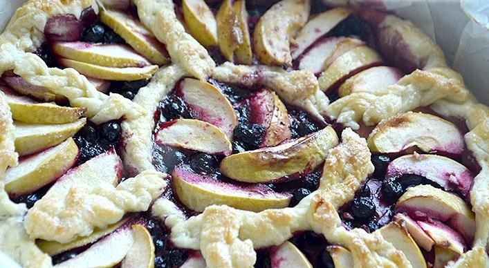 Пирог со смородиной и яблоками - фото шаг 9