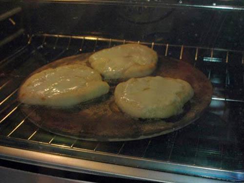 Пицца с сыром Моцарелла и кедровыми орешками - фото шаг 3