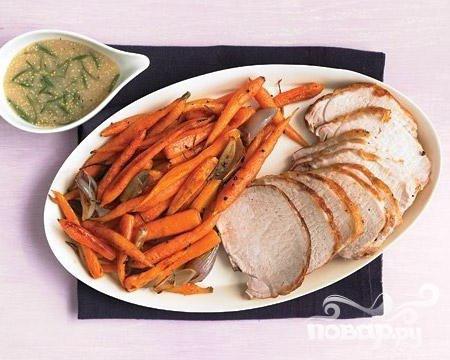 Жареная свиная корейка с морковью и соусом