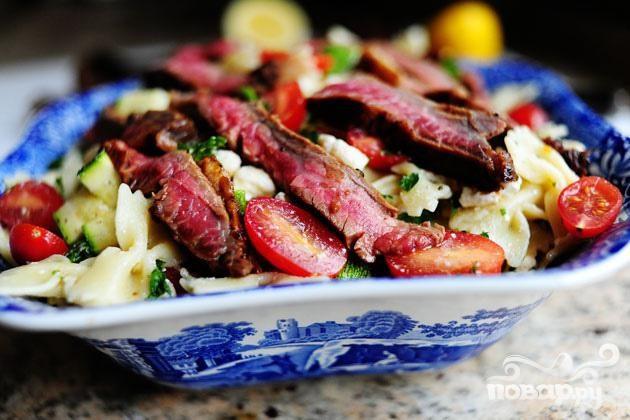 Паста салат с помидорами, цукини, и сыром Фета