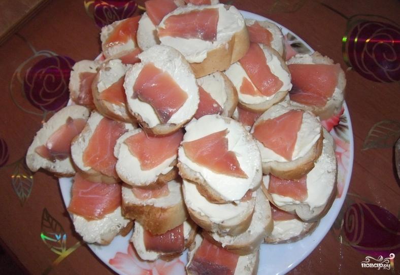 Бутерброды-шайбы с красной рыбой - фото шаг 4