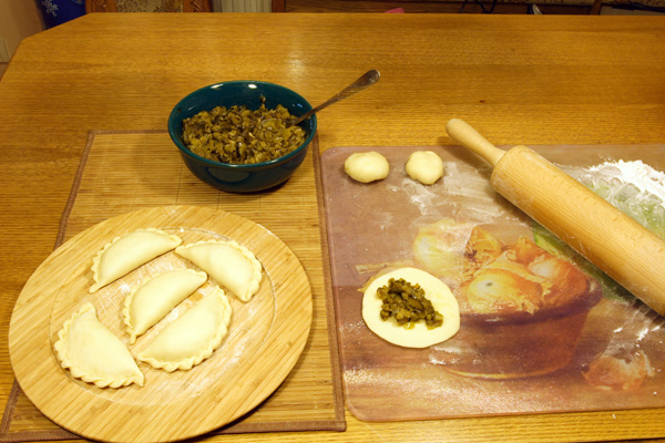 Пирожки с солеными огурцами - фото шаг 4