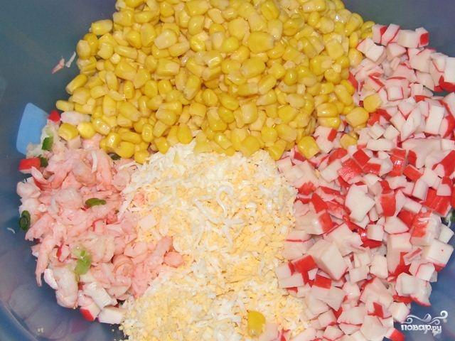 Салат из креветок и крабовых палочек - фото шаг 5