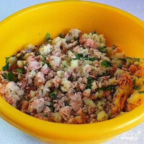Биточки из лосося с картофелем и зеленью - фото шаг 4