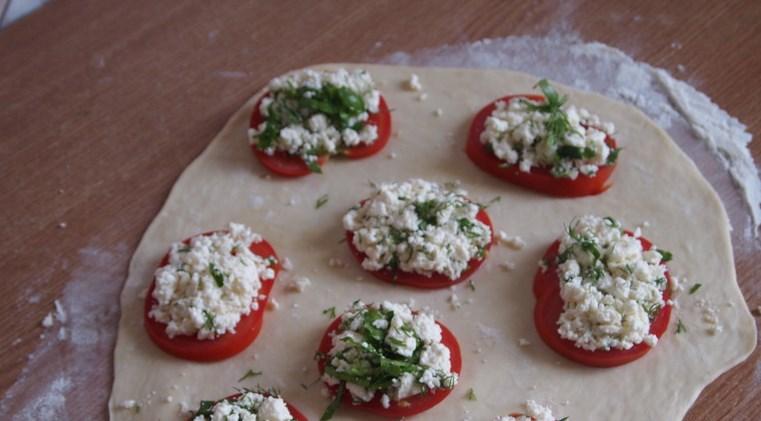 Пирожки с брынзой и зеленью - фото шаг 3