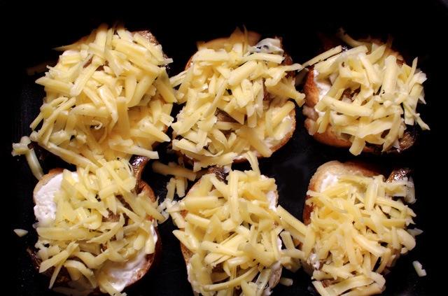 Бутерброды со шпротами в духовке - фото шаг 5