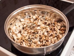 Яичница с грибами и луком - фото шаг 2
