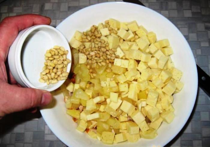 Простой салат с ананасами консервированными - фото шаг 4