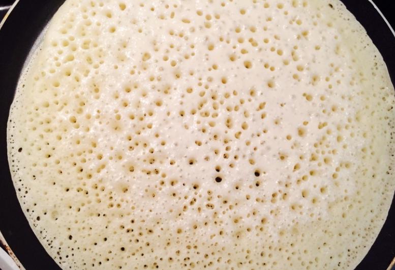 Блины дрожжевые на молоке - фото шаг 2