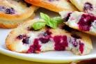 Бисквитные оладьи с черной смородиной