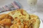 Карамельная курочка с овощами, лепешками и десертом