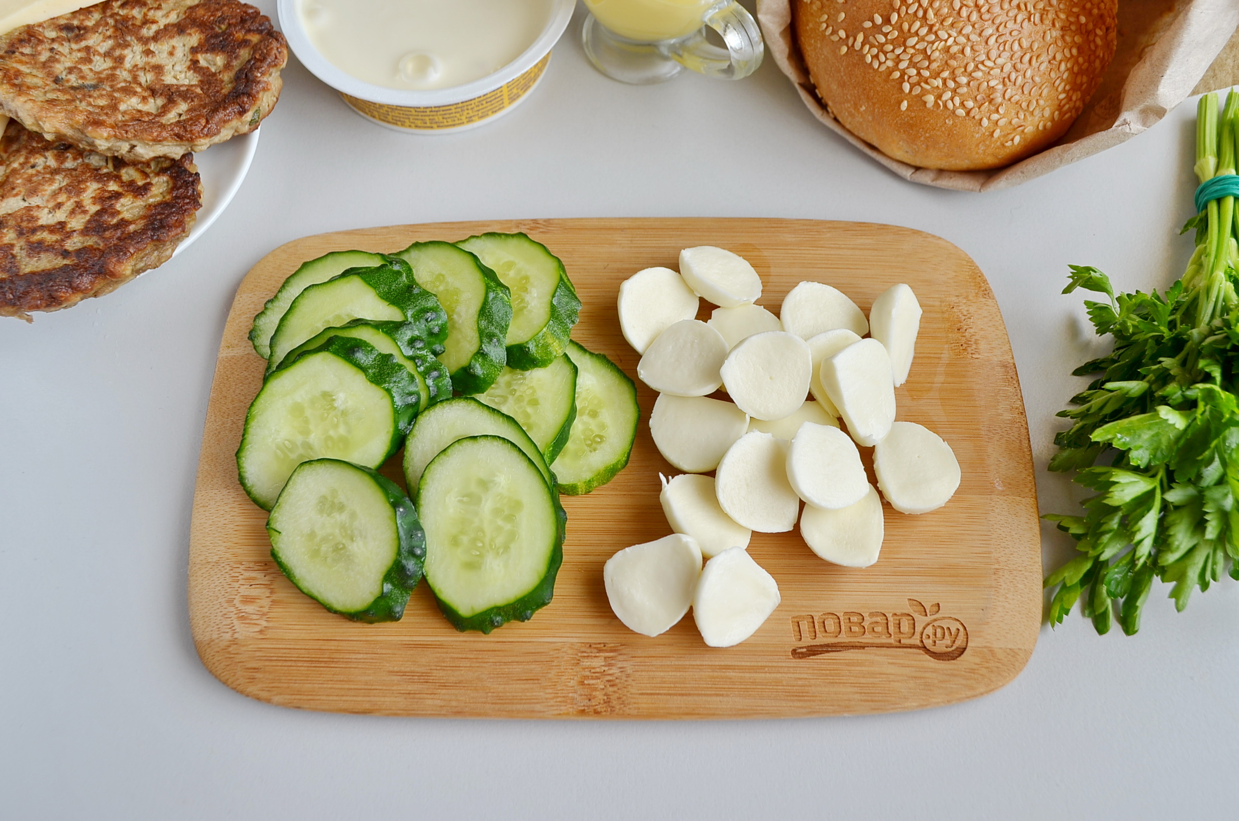 Огурцы и моцарелла для приготовления сырного бургера