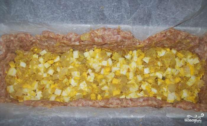Мясной рулет с яйцом и луком - фото шаг 2