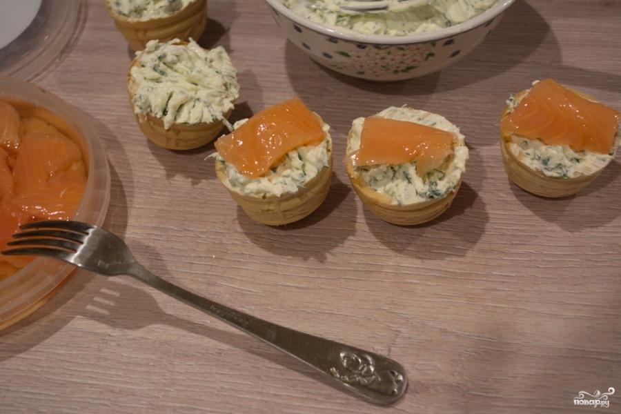 Тарталетки с творожным сыром и семгой - фото шаг 5