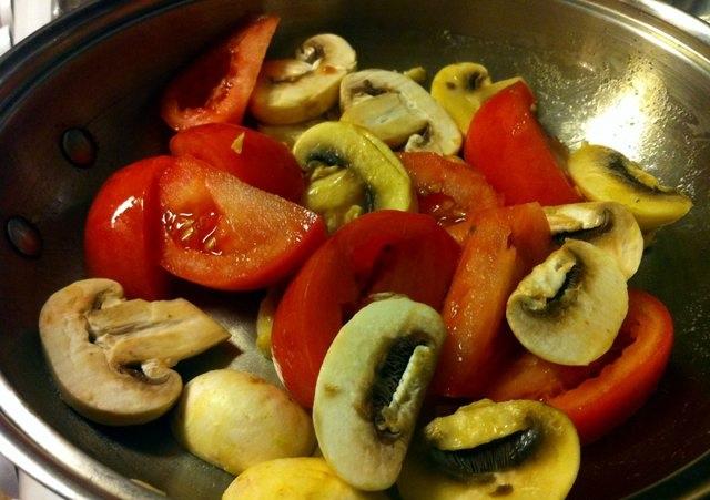 Жареные грибы с помидорами - фото шаг 5