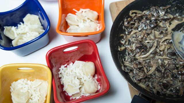 Запеканка из пельменей с сыром и грибами - фото шаг 5