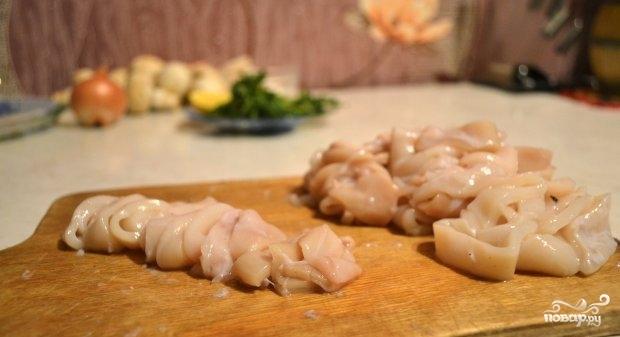 Кальмары, тушенные с шампиньонами - фото шаг 1