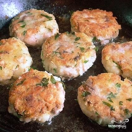 Биточки из лосося с картофелем и зеленью - фото шаг 5
