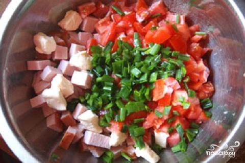 Салат с колбасой и сыром помидорами фото