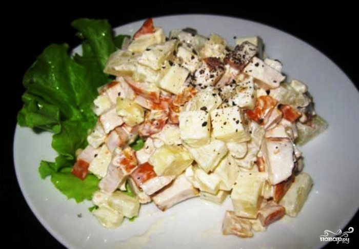 Простой салат с ананасами консервированными