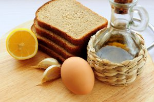 Гренки с чесноком и яйцом - фото шаг 1