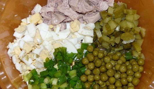 Простой салат с печенью трески - фото шаг 2