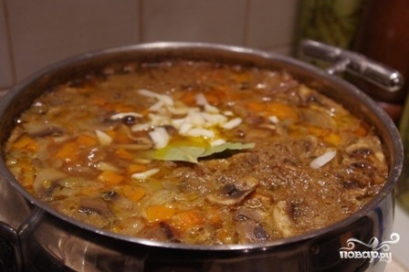 Картошка, тушенная с мясом и грибами - фото шаг 7