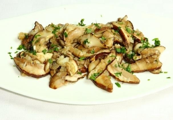 Жареные белые грибы с луком — рецепт с фото пошагово. Как ...