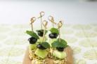 Канапе с оливками и мятой