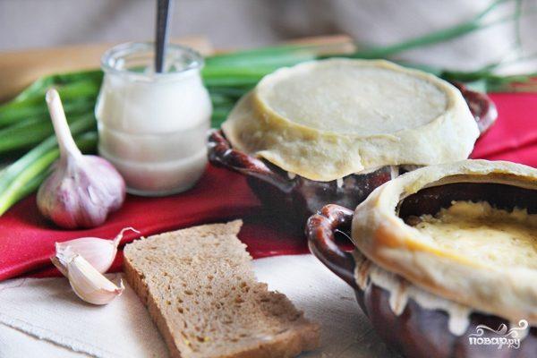 Грибы в горшочке со сметаной