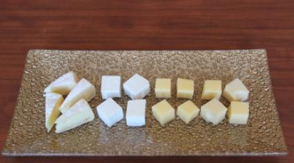 Нарезаем все виды сыра кубиками или дольками.