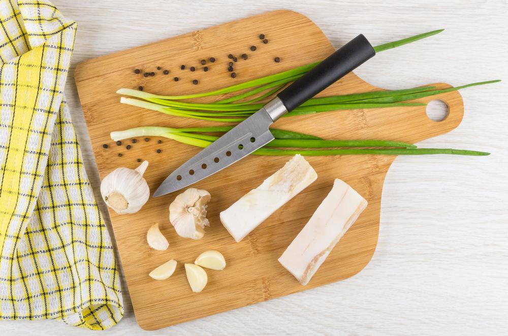 Чесночно-перечное сало с зеленым луком