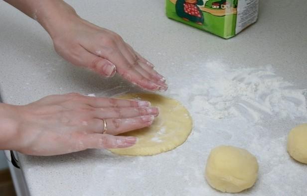 Пирожки с грибами жареные - фото шаг 9