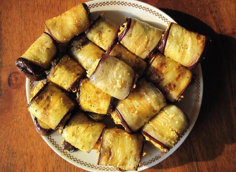 Рулеты из баклажанов с орехами - фото шаг 6