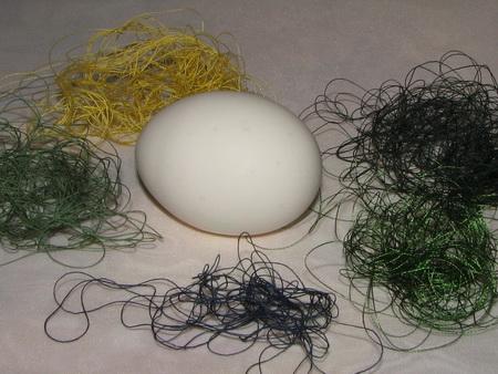 Яйца, крашенные нитками - фото шаг 2