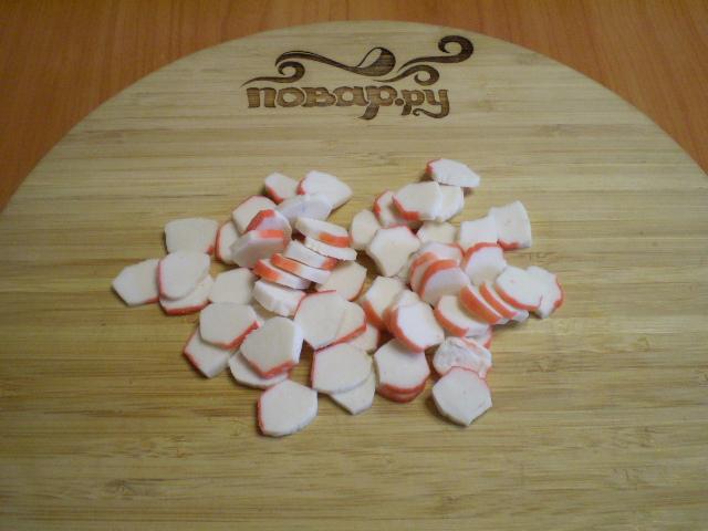 Салат с корейской морковкой и крабовыми палочками - фото шаг 2