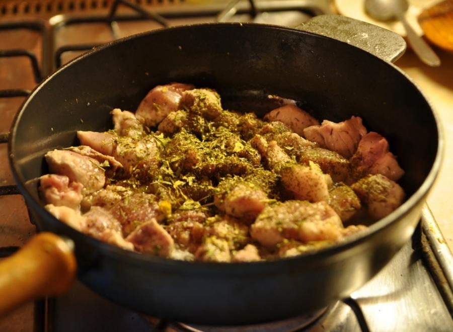 Мясо кусочками на сковороде - фото шаг 3