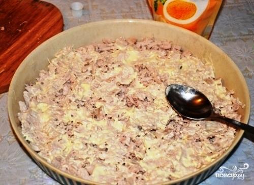 Слоеный салат с курицей и ананасами - фото шаг 2