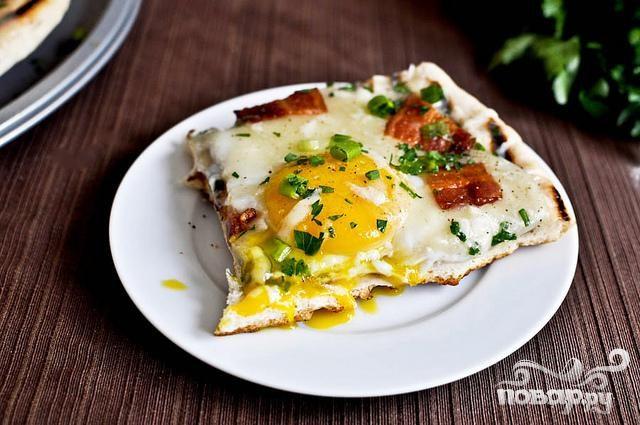 Пицца на гриле на завтрак