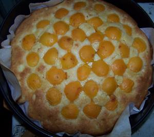 Шарлотка с яблоками и абрикосами - фото шаг 8