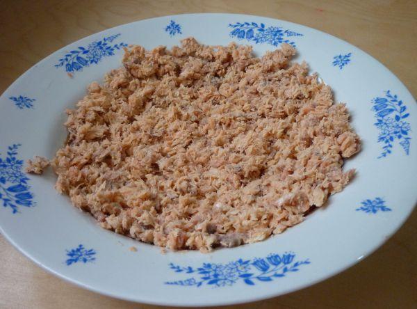 Салат с горбушей и сыром - фото шаг 1