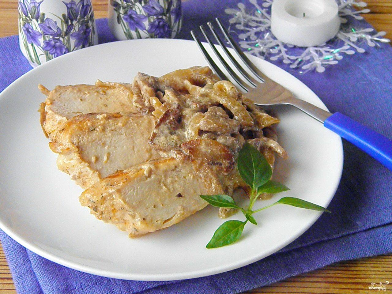Куриное филе под грибным соусом