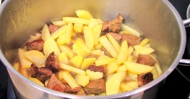 приготовить соус с мясом и картошкой