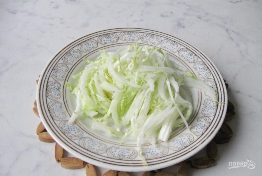 Салат с крабовыми палочками кукурузой и фасолью и сухариками