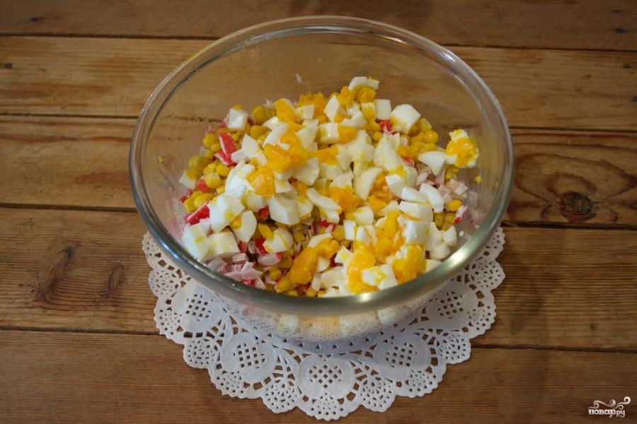Кальмаровый салат с крабовыми палочками - фото шаг 4