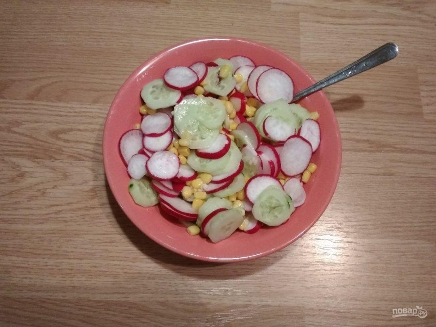 Салат из редиса, огурца и кукурузы